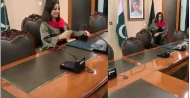 ٹک ٹاک گرل حریم شاہ وزیراعظم آفس میں عمران خان کی کرسی پر بیٹھ گئیں