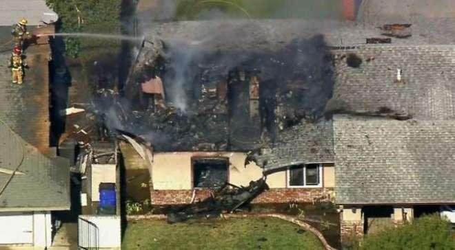امریکا کاچھوٹا طیارہ ایک گھر پر گر کر تباہ، پائلٹ ہلاک