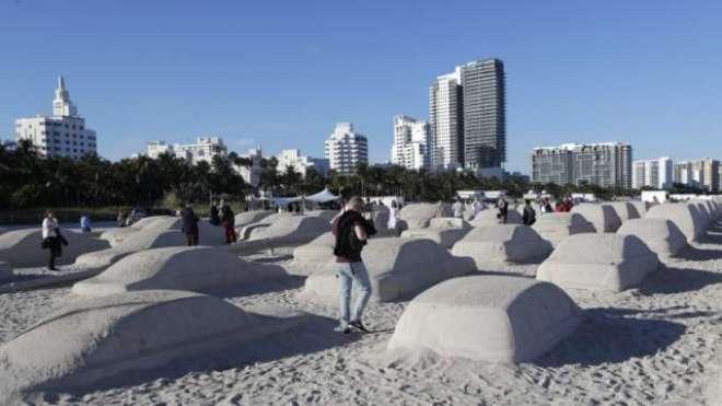 فنکار نے فلوریڈا کے ساحل پر ریت کی  حقیقی سائز کی کاروں سے ٹریفک جام ..