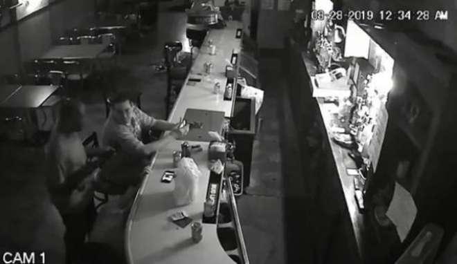 مسلح  ڈکیتی کے دوران ایک شخص کا موبائل چھوڑنے سے انکار، سکون سے تمباکو ..