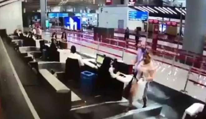 خاتون جہاز میں سوار ہونے کے لیے سامان کی بیلٹ پر بیٹھ گئی۔ ویڈیو وائرل