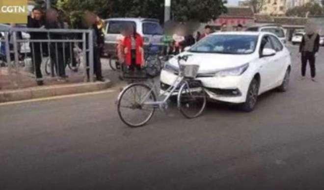 سائیکل کی ٹکر سے کار تباہ۔ تصاویر انٹرنیٹ پروائرل