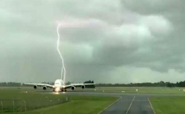 ایمرٹس ائیرلائن کے طیارے کے قریب آسمانی بجلی گر پڑی