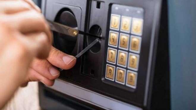 دُبئی: غیر مُلکی چور البرشا کی ایک دُکان سے رقم سے بھرا سیف لُوٹ کر فرار ..