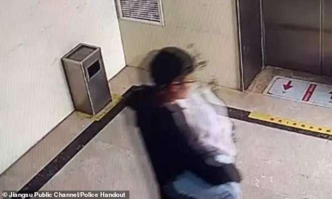 چینی باپ نے اپنی تین روز کی  بیٹی کو  سوشل میڈیا پر ملنے والے انجان شخص ..