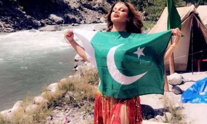 پاکستانی پرچم تھامے راکھی ساونت کی تصاویر نے نیا تنازعہ کھڑا کردیا
