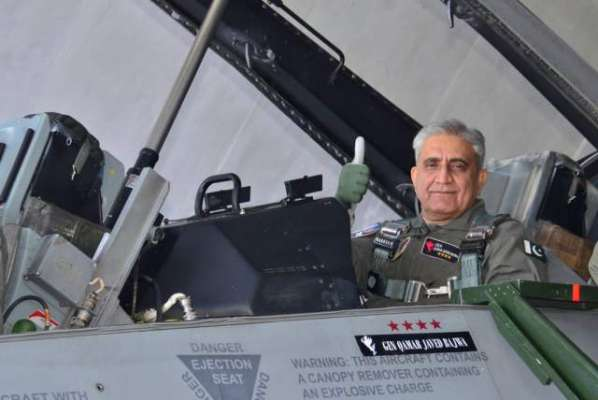 آرمی چیف کا پی اےایف بیس سرگودھا کا دورہ، ایف 16طیارے میں پرواز کی