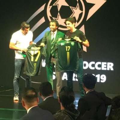 پاکستانی فٹبال کپتان کا ریکارڈوکاکا اور لوئس فیگوکیلئے خصوصی تحفہ