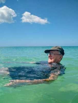 فلوریڈا کے شخص نے اپنی 93 ویں سالگرہ پہلی بار سمندر میں نہا کر منائی