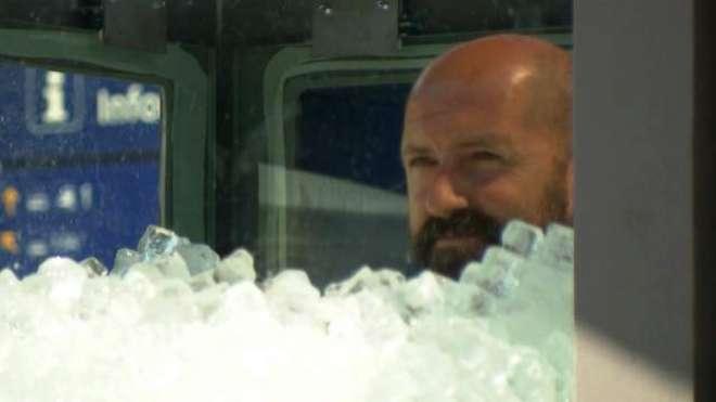 آسٹرین ایتھلیٹ نے 2 گھنٹوں  تک برف کے باکس میں بیٹھ کر گینیز ورلڈ ریکارڈ ..