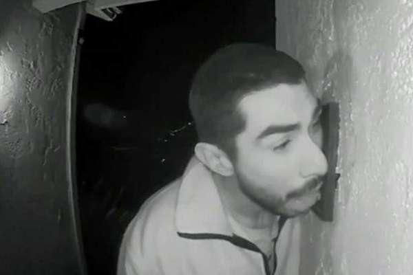 ایک شخص تین گھنٹوں تک اجنبی گھر کے دروازے کی گھنٹی چاٹتا رہا۔ پولیس ..