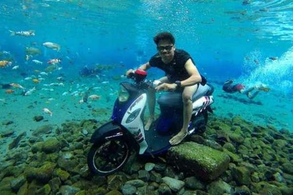 انڈو نیشیا کے دیہات کا تالاب   زیر آب سیلفی بنانے کے لیے مقبول ہوگیا