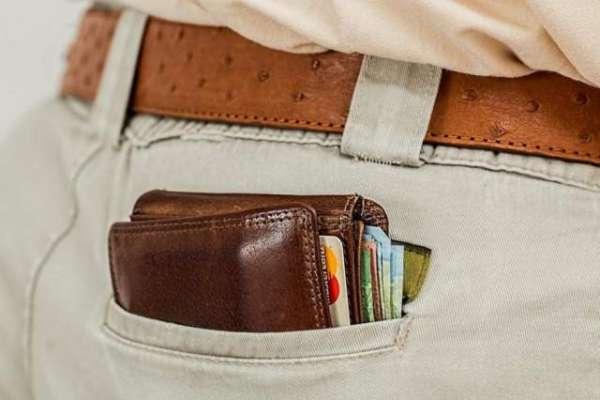 اجنبی شخص نے گمشدہ بٹوا واپس کرنے کے  لیے  بنک سے رقم منتقل کر کے پتا ..