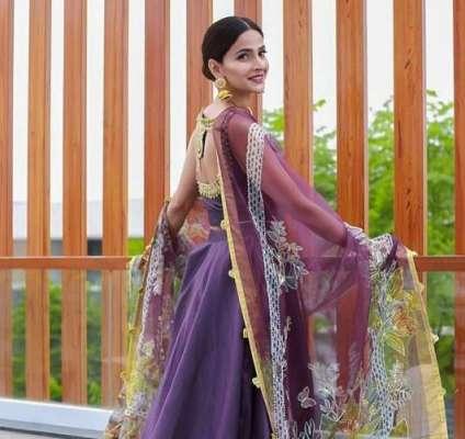 اداکارہ صباقمر نے سرمد کھوسٹ کی فلم ''کملی'' سائن کر دی