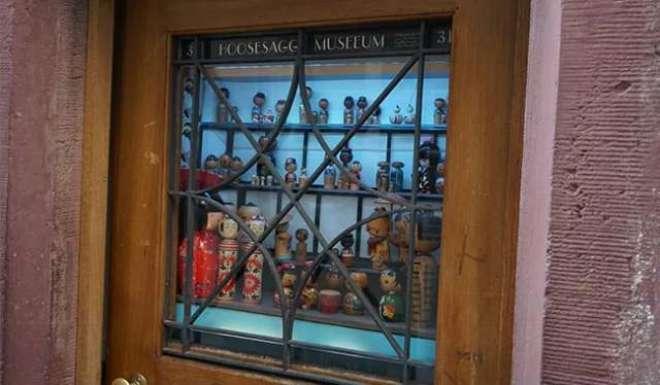 اس دنیا  کا سب سے چھوٹا میوزیم 600 سال قدیم گھر کی کھڑکی میں ہے