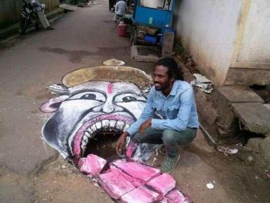 فنکار نے سڑک پر بنے گہرے گڑھوں پر توجہ دلانے کے لیے خلائی لباس پہن لیا