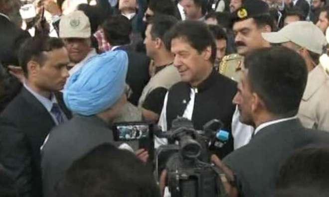 وزیر اعظم عمران خان کا من موہن سنگھ اور نوجوت سنگھ سے ملاقات اور مصافحہ ..