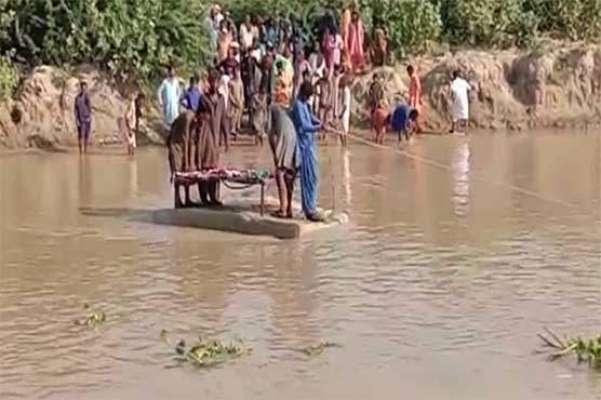 سجاول ، نہر پر پل نہ ہونے کے باعث چوہڑ جمالی کے مکین میت تھرموپور شیٹ ..