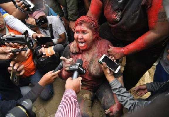 خاتون میئر کو وعدے پورے نہ کرنے پر بال کاٹ کر گلیوں میں گھما ڈالا