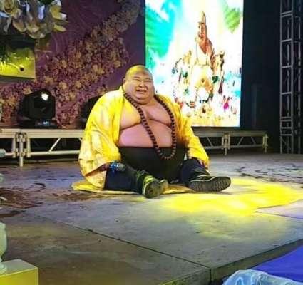 """چینی شخص  """"ہنستا  بدھا"""" کی حقیقی تصویر بن  کمائی کر  رہا ہے"""