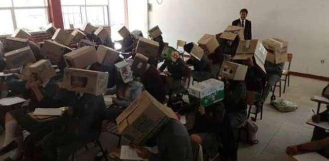 امتحان میں نقل سے  روکنے کے لیے طلباء کوسروں پر  گتے کے ڈبے  پہنانے والا ..