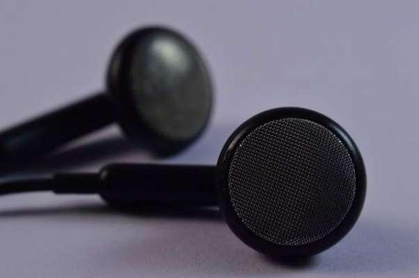 کانوں میں ائیربڈز لگا کر میوزک سنتے ہوئے سونے والا   شخص بہرہ ہوگیا