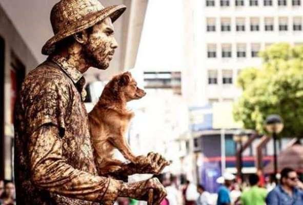 دلکش کتا اپنے مالک کے ساتھ ہر روز گلیوں میں زندہ مجسمہ بنتا ہے