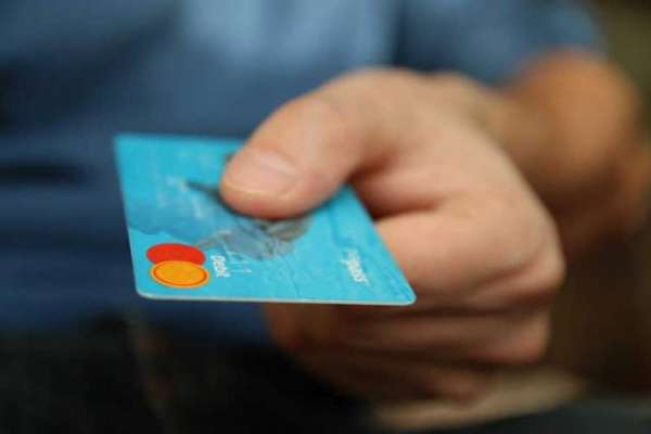 بدلہ لینے کے لیے اپنے دوست کے کریڈٹ کارڈ سے 5 ہزار ڈالر ٹپ دینے والی ..