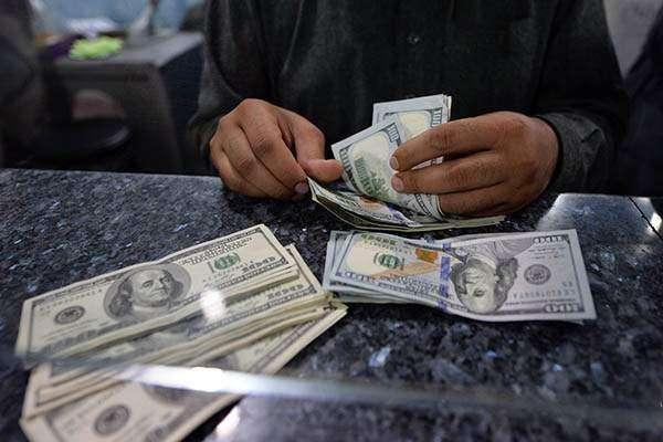 انٹر بینک میں روپے کے مقابلے ڈالر کی قدر گھٹ گئی،اوپن مارکیٹ میں استحکام