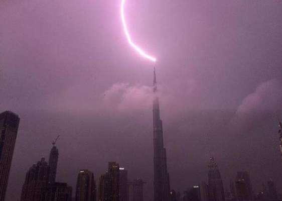 برج خلیفہ پر آسمانی بجلی گر گئی