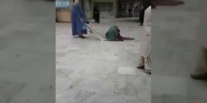 کوئٹہ ،مریضہ کو کپڑے پر بٹھانے کے بعد علاج کیلئے گھسیٹ کر لے جانے کی دلخراش ویڈیو سوشل میڈیا پر وائرل ویڈیو کے وائرل ہونے کے بعد سوشل میڈیا صارفین کی بلوچستان حکومت پر شدید تنقید ، صوبائی حکومت نے واقعہ کا نوٹس لے لیا