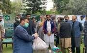 سابق کپتان شاہد آفریدی کا دورہ افغان کیمپ، راشن تقسیم کیا