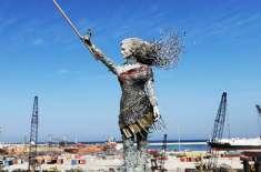 لبنانی فنکارہ نے دھماکے کے ملبے سے متاثرکن مجسمہ بنالیا