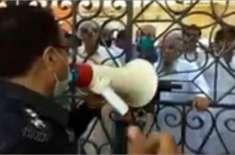 مسجد میں داخل نہ ہونے کی اپیل کرتے پولیس افسر کی ویڈیو سوشل میڈیا پر ..