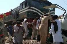 شیخوپورہ ، پھاٹک پر کوسٹر بس ٹرین کے ساتھ ٹکرا گئی،  سکھ فیملی کے 19 افراد ..