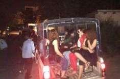 پولیس کا ڈانس پارٹی پر چھاپہ، درجنوں لڑکے لڑکیاں گرفتار
