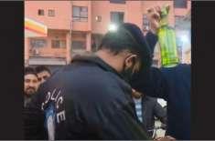 لاہور میں پولیس اہلکار شراب لے جاتے ہوئے رنگے ہاتھوں پکڑا گیا