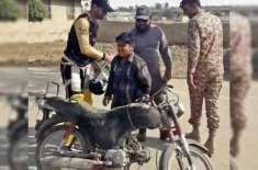 موٹر سائیکل پر بچہ نیشنل سٹیڈیم میں کرکٹرز تک پہنچ گیا