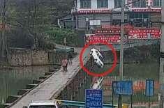 لائسنس ملنے کے صرف 10 منٹ بعد ہی فون پرمصروف ڈرائیور نے گاڑی دریا میں ..