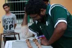 پاکستانی  مارشل آرٹسٹ نے  اپنی  کہنی سے ایک منٹ میں 256 اخروٹ توڑ کر عالمی ..