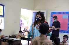 معروف فنکارہ عائشہ عمر کا گارڈن ایسٹ کراچی میں TCFاسکول کا دورہ