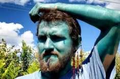 خود اعتمادی بڑھانے کے لیے  کینیڈین شخص نے پورے جسم  کو نیلے رنگ میں رنگ ..