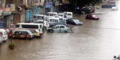 بارش آئی ،بجلی گئی، کراچی میں کئی نالے ابل پڑے، سڑکیں بلاک، ٹریفک ..