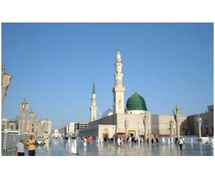 مسجد نبوی ﷺ میں سینسر نظام کے ذریعے کام کرنے والی سینی ٹائزیشن مشینوں ..