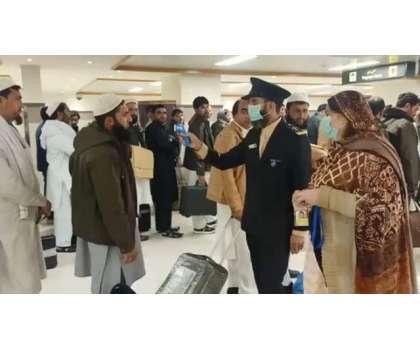 پشاور ائیرپورٹ پر کورونا ویکسین نہ لگوانے والے افراد مشکل میں پھنس ..