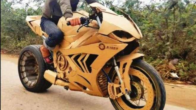 یہ نوجوان گتے سے حیرت انگیز لگژری کاریں اور موٹر سائیکلیں بنا سکتے ..