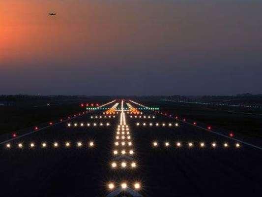 بین الاقوامی پرواز کی لینڈنگ سے قبل سیالکوٹ ائیرپورٹ کے رن وے کی لائٹس ..