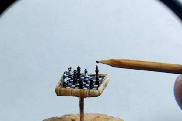 ترکی کے فن کار نے 0.35 انچ کی دنیا کی سب سے چھوٹی شطرنج بنا لی