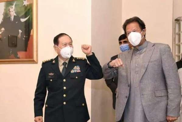 وزیراعظم اور چینی وزیر دفاع کا مصافحہ کے لیے دلچسپ انداز