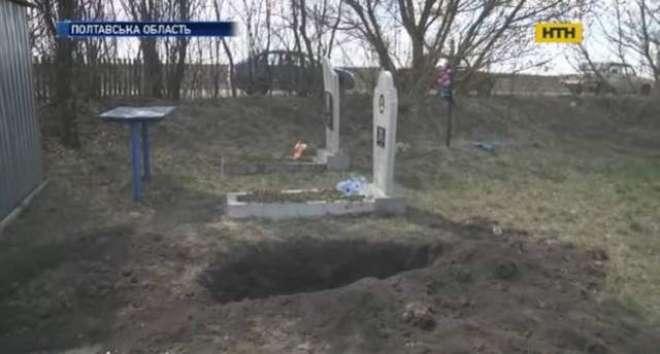 ہمسایوں  کے ہاتھوں قبر میں زندہ دفن ہونے والی خاتون معجزانہ طور پر بچ ..
